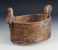 Tine med svidekor og utskåret fuglefigur, Åmotsdal 1700 t. L: 30 cm. Mange skader og mangler. Prisantydning: ( 800 - 1200) Solgt for: 1400