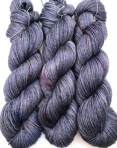 Teint à la main fil bleu gris noir rose rouge moucheté Bluefaced Leicester BFL soie doigté chaussette laine Superwash 425yds 115g «Irish Spring»