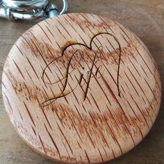 Nichts ist persönlicher als eine individuelle Gravur. Sie haben die Möglichkeit Ihre Waidzeit Uhr mit einer personalisierten Gravur zu versehen.   Vom originellen Geschenk für einen besonderen Anlass für ein Brautpaar, bis hin zum Mitarbeiter- oder Kundengeschenk, erfüllen wir gerne Ihren persönlichen Kundenwunsch. Bamboo Cutting Board, Original Gifts, Newlyweds