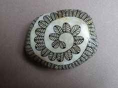 oeuvresverotib: galets - painted rock with Zentangle type design. I love the base paint on the rock. looks like the inside of a shell. Make a brooch Pebble Painting, Pebble Art, Stone Painting, Dot Painting, Stone Crafts, Rock Crafts, Caillou Roche, Rock Art, Zen Rock