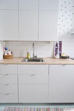 keittiö,välitila,pilkut,keittiönkaapit,keittiön säilytys,keittiön välitila