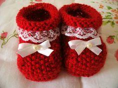 Os sapatinhos de bebê de tricô contribuem satisfatoriamente para manter os pés da criança bem protegidos contra o frio e sabendo que elas são mais sensívei
