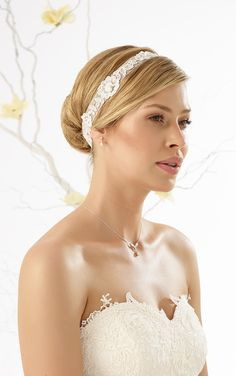Fine lace hair band 116 with pearl from Bianco Evento #biancoevento #hairstyles #weddingaccessories #hairjewellery #weddingideas #bridetobe