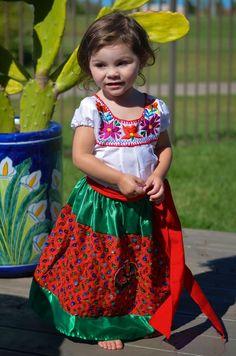 Niña con el vestido tradicional de China Poblana