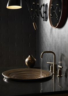 Stilvolle und mutige Badgestaltung in Schwarz Stylish and bold bathroom design in black with bricks and round metal sink Stylish and bold badgBold black bathroom.
