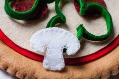 andersruff-felt-pizza-template-toppings-mushrooms-olives-pepperoni-layering
