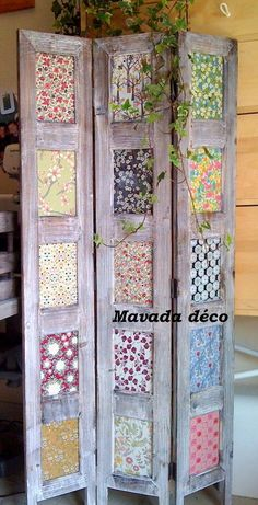 you could use scrapbooking paper, stained glass squares from the craft store, pictures, newspapers, possibilities are endless! - pallet diy - old wood - woodwork - Nice idea Diy Room Divider, Room Divider Screen, Divider Ideas, Room Screen, Furniture Projects, Diy Furniture, Diy Projects, Woodworking Projects, Room Deviders