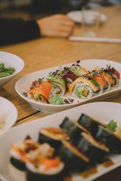 Sushi Catering, Salat Bowl, Ethnic Recipes, Food, Deep Fried Shrimp, Food Food, Tips, Travel Inspiration, Environment
