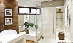 As paredes da ducha receberam limestone (Alicante), além do material cimentício que imita pedras (Pietra Pedras) e compõe o nicho com prateleiras de vidro