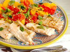 Suroviny na Grilovaný losos s citrusovým šalátom:filety z ružového lososa bez kože Radoma od Ryby Žilina (4 ks), 1 PL olivového oleja, 4 pomaranče, 2 grepy,