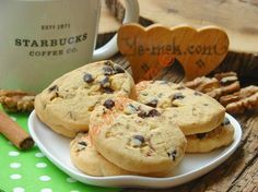 Tarçınlı Cevizli Starbucks Kurabiyesi – Tavuk tarifleri – Las recetas más prácticas y fáciles Filled Cookies, Sweet Cookies, Chocolate Pastry, Chocolate Desserts, Starbucks Coffee, Low Carb Crab Cakes, Delicious Desserts, Yummy Food, Starbucks Recipes