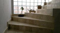 El ladrillo de vidrio destaca la curva de una escalera, jerarquizando un rincón y permitiendo el paso de la luz hacia el ambiente