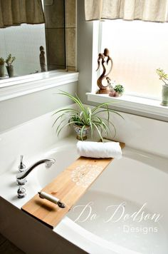 It's just too easy not to make your own bathtub caddy tray. That's my kind of DIY home decor project. Wood Bathtub, Diy Bathtub, Bathtub Caddy, Bathtub Tray, Find Furniture, Furniture Makeover, Furniture Design, Bathroom Furniture, Vintage Furniture