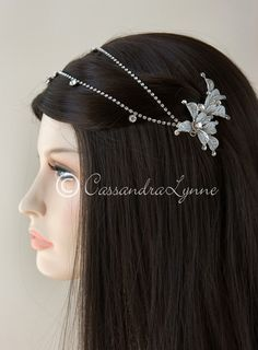 This vintage-inspired bridal head jewelry is designed with two rhinestone adorned floral clips connected with two rows of rhinestone cup chain with a few larger