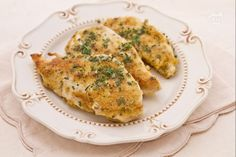 I petti di pollo alla senape, marinando la carne in olio e limone, rosolandola e successivamente spalmandola con della senape e passandola nel pangrattato.