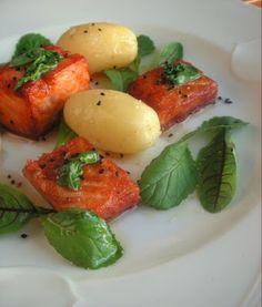 Herkkusuun lautasella-Ruokablogi: Paistettu lohi uusilla perunoilla