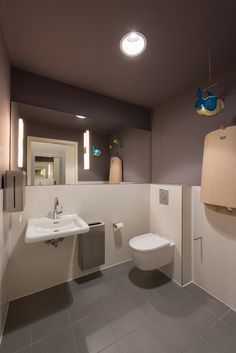 Zahnarztpraxis Berlin by fl!nk.architekten | badezimmer | bath room | fliesen | sanitär | innenraum | waschtisch | wickeltisch | color