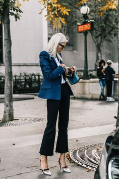 Update your office-wear outfit rotation with these stylish blazer and jean outfits Cute Blazer Outfits, Flare Jeans Outfit, Ripped Jeans Outfit, Casual Outfits, Office Outfits, Crop Flare Jeans, Kick Flare Jeans, Cropped Jeans, Skinny Jeans