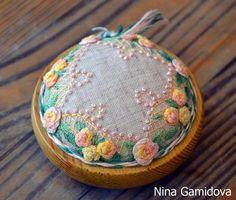 Вышивка декоративными швами. Игольница на деревянной основе. Embroidery Thread, Pin Cushions, Color Pop, Needlework, Coin Purse, Fragrance, Creative, Sachets, Blog
