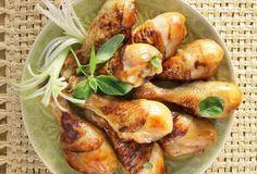 Συνταγή του Χριστόφορου Πέσκια Υλικά 12 μπουτάκια (τα κοπανάκια) κοτόπουλου Για τη μαρινάδα 130 ml σάλτσα σόγιας5 κουτ. σούπας μέλι, της αρεσκείας μαςφρεσκοτριμμένο πιπέρι2 κουτ. σούπας ελαιόλαδο2 κουτ. σούπας φύλλα δυόσμου ή βασιλικού, ψιλοκομμένα Εκτέλεση Μαρινάδα: Σε ένα μπρίκι βάζουμε 40 ml νερό με το μέλι και το ζεσταίνουμε ανακατεύοντας, μέχρι να λιώσει καλά το […] The post «Κινέζικο» κοτόπουλο στο φούρνο με σόγια και μέλι appeared first on otselementes.