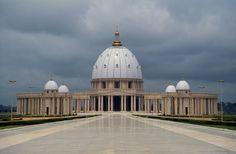 © UIG via Getty Images/Getty Images Basílica de Nuestra Señora de la Paz, Costa de Marfil Se encuentra en Yamoussoukro y se construyó entre 1985 y 1989.