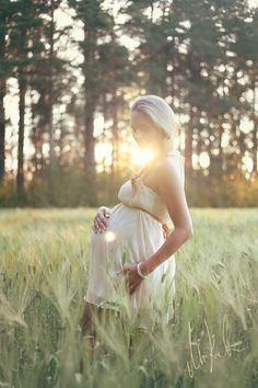 Due Date by Maria Komulainen on 500px - photography inspiration, photoshoot idea, pregnancy, maternity, summer field