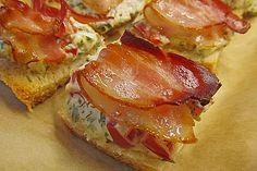 de queijo com creme de tomate bacon Sandwich Recipes, Snack Recipes, Cream Cheese Snacks, Bacon, Snacks Für Party, Creative Food, Food Design, Finger Foods, Tapas