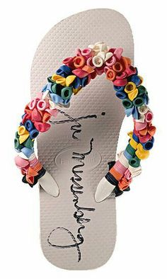 Como decorar sandalias de manera fácil y creativa Diy Clothes And Shoes, Clothes Crafts, Shoes Flats Sandals, Up Shoes, Ribbon Flip Flops, Recycled Shoes, Flip Flop Craft, Decorating Flip Flops, Crotchet Patterns