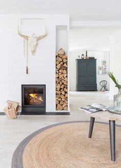 Gravity Home — Light Dutch home Home Living Room, Living Room Decor, Living Spaces, Home Fireplace, Fireplace Design, Fireplaces, Ideas Decoracion Salon, Gravity Home, Dream Decor