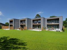 Mehrfamilienhaus Gardet • Reihenhaus von Baufritz • Modernes Holzhaus mit vier Baukörpern und offenem Grundriss • Jetzt bei Musterhaus.net informieren!