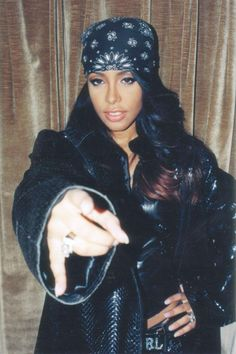 aaliyah-style-bandana-lamoda des années 90 - New Sites Style Aaliyah, Rip Aaliyah, Aaliyah Outfits, Aaliyah Costume, Style Hip Hop, Style Année 90, Jenifer Lopes, 2000s Fashion, Hip Hop Fashion