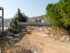 Agia Pelagia, tyypillistä kreikkalaista maisemaa. Jätteitä pitkin pihoja.