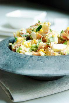 Bereiden: Schrob de aardappelen goed schoon en snij de grotere doormidden. Kook ze in ca. 15 minuten beetgaar in ruim water met de bouillonblokjes en 2 theelepels zout. Laat ze geheel afkoelen en snij ze in kleine blokjes. Bak de spek uit en verkruimel het. Meng het spek met de lente-uitjes en de eieren door de aardappelen.