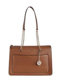 DKNY:n Sutton-laukku on valmistettu hienostuneesta, eläväpintaisesta nahasta ja viimeistelty näyttävillä metalliyksityiskohdilla. Tukevan ja tilavan laukun ulkosivulla on magneettinapilla suljettava tasku. Sisäpuolella on vetoketjutasku ja kahteen osaan jaettu avoin tasku.