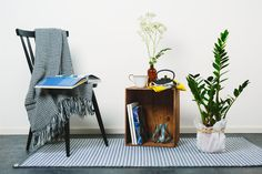 Kyyhky-maton harmaita sävyjä Magazine Rack, Cabinet, Storage, Table, Furniture, Design, Home Decor, Clothes Stand, Purse Storage