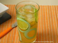 Chá Verde com Laranja, Limão e Gengibre Ingredientes (3 porções)  2 xícaras (de chá) de água fervendo  3 sachês de chá verde  1 pedaço de gengibre (de mais ou menos uns 3 cm)  Suco de 1/2 limão  Suco de 1 laranja  1 xícara (de chá) de água gelada  Gelo  Rodelas de limão e laranja  Adoce com adoçante ou açúcar