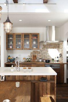 アイランドキッチンの一部として造作した食器棚。ナチュラルでカフェのような雰囲気に仕上がりました。