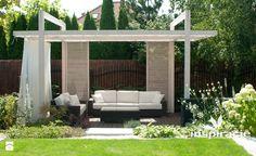 Ogród nowoczesny w Wilanowie - Duży ogród za domem z pergolą, styl nowoczesny…