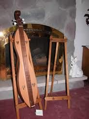 Sollid oak hardwood dulcimer instrument stand with golden oak stain. Fits most mountain dulcimers.