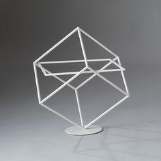 Eenvoudige schuine kubus, je kunt de kleding ophangen of neerleggen op een glasplaat in de kubus, het ziet er industrieel en minimalistisch uit.