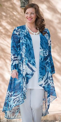 Box 2 navy/blue chiffon print coat 25 Charming Casual Style Looks That Look Fantastic – Box 2 navy/blue chiffon print coat SourceI like the blue, especially over the white outfit. Not too sure about the style of the duster or the animal Elegant Modest Fashion, Hijab Fashion, Fashion Dresses, Mode Kimono, Elegant Outfit, Mode Style, Plus Size Women, Plus Size Outfits, Plus Size Fashion