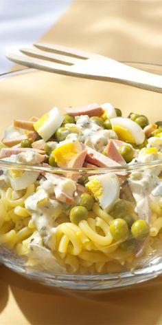 Wenn's mal wieder schnell gehen muss, ist dieser köstliche Nudelsalat mit Erbsen und Fleischwurst genau das Richtige!