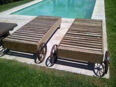 Reposeras de madera con ruedas de hierro antiguo
