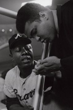 Legendary Atlanta Braves outfielder Hank Aaron and boxing legend Muhammad Ali in Los Angeles, Braves Baseball, Baseball Players, Baseball Season, Sports Illustrated, Ufc, Kentucky, Float Like A Butterfly, Sport Icon, Sports Figures