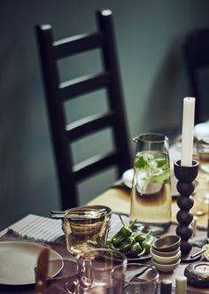 SITTNING es una colección de más de 35 piezas para poner y decorar tu mesa.