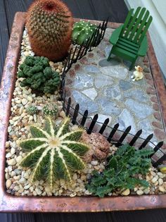 Jardim em miniatura em um vaso. Por Lynnie.  https://minigardener.wordpress.com/2015/05/01/the-winners-from-the-great-annual-miniature-garden-contest/