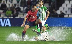 Caños, achiques, piscinazos, ataques en tromba... fútbol pasado por agua. http://www.fundeu.es/recomendacion/futbol-pasado-por-agua/ Foto: ©Archivo Efe/Paco Puentes