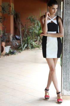 Vestido tubinho preto e branco com decote transpassado.