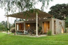 Jolie maison rustique bâtie en deux parties distinctes respectant les vieilles méthodes de construction