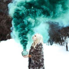Зимняя фотосессия с бирюзовым дымом